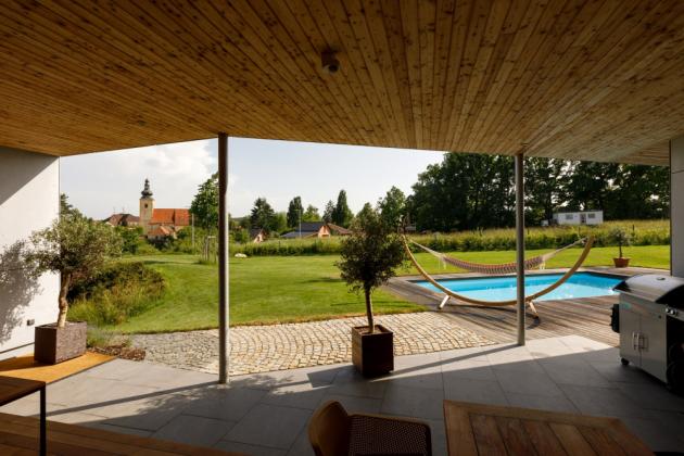 Investor si nechal postavit cihlový a velkoryse prosklený user friendly dům a nic by neměnil